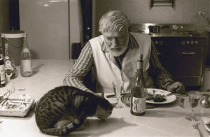 Ernest-Hemingway-having-diner-with-a-cat